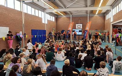Kinderen dansen en springen tijdens aftrap Nationale Sportweek