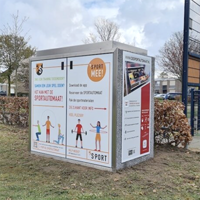 De Sportautomaat: een kast vol sportmateriaal bij een openbaar sportveldje